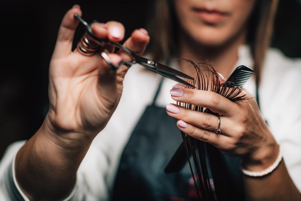 geste de la coupe de cheveux